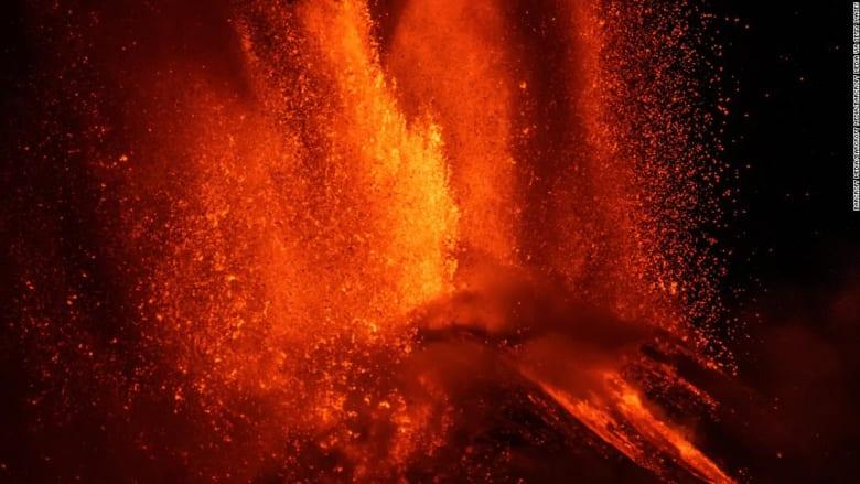 شاهد.. لقطات ليلية ترصد لحظات انفجار بركان جبل إتنا
