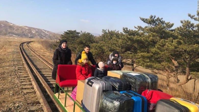 بعربة دفعوها بأيديهم لساعات.. شاهد كيف غادر دبلوماسيون روس كوريا الشمالية
