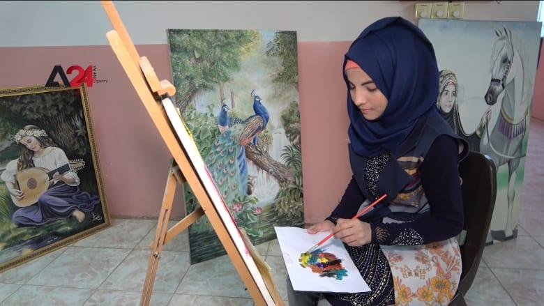 بعد حرمانها من الدراسة.. عراقية تتقن الفن وتعبر عن واقعها على الورق والزجاج