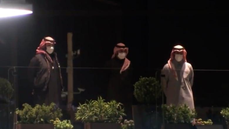 """بالفيديو.. محمد بن سلمان في منصة متابعة منافسات """"فورمولا إي"""" بالرياض"""