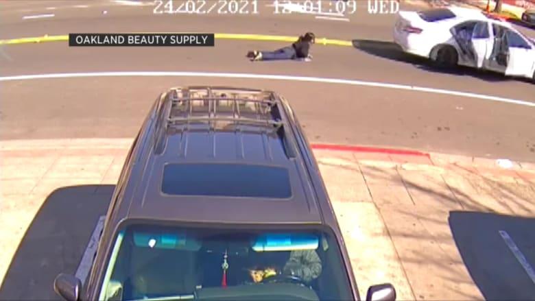 شاهد.. سيارة تجر سيدة وهي تمسك بحقيبتها أثناء محاولة سرقة