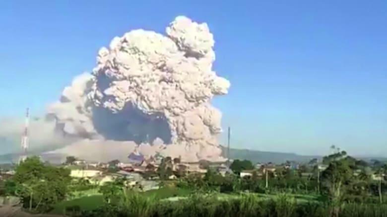 شاهد.. لحظات ثوران بركان سينابونغ في إندونيسيا