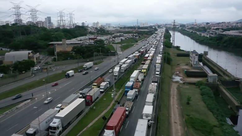 مئات الشاحنات تغلق طريقاً رئيسياً في البرازيل احتجاجاً على قيود كورونا