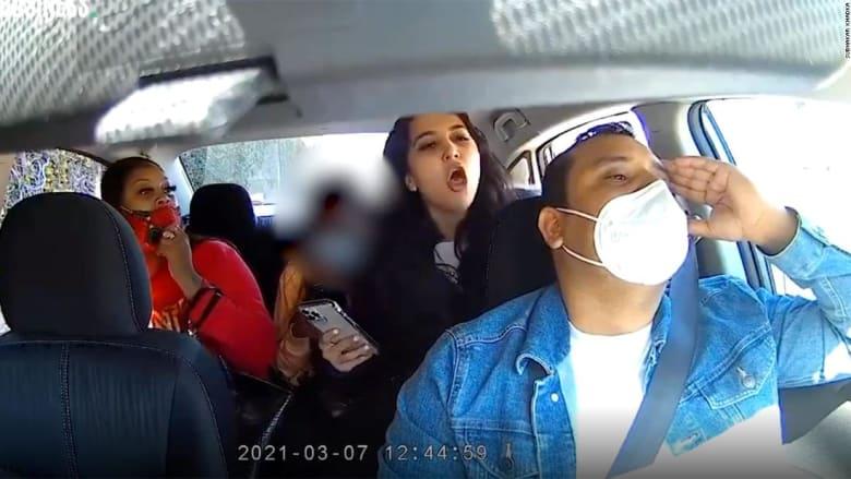كاميرا ترصد لحظة اعتداء ثلاث فتيات على سائق سيارة أوبر بسبب الكمامة