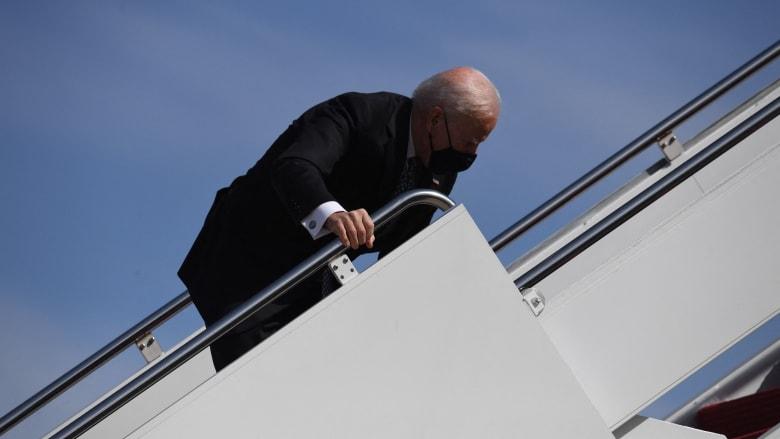 شاهد.. لحظة تعثر بايدن أكثر من مرة أثناء صعوده إلى طائرته الرئاسية