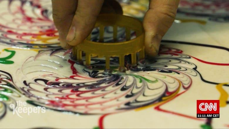 """""""من المستحيل صنع نفس التصميم مرتين"""".. شاهد كيف تُستخدم تقنية الترخيم الياباني هذه لصنع أثواب كيمونو وفساتين زفاف جميلة"""