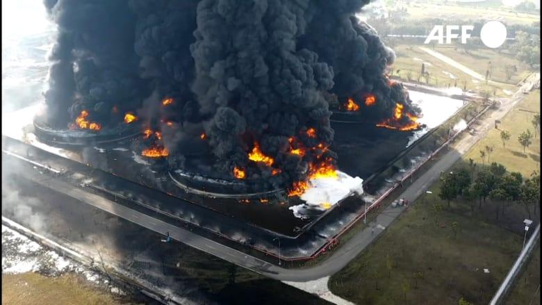 حريق هائل يلتهم مصفاة نفط في إندونيسيا.. وإصابة أشخاص بحروق