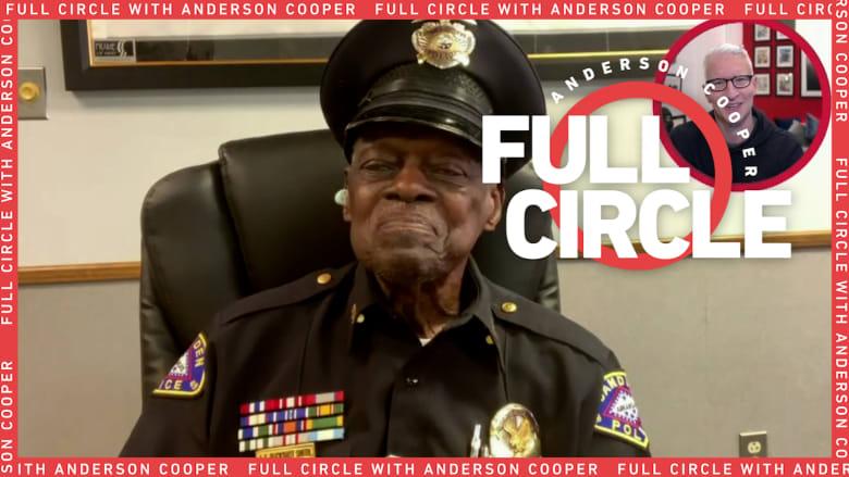 """بعمر 91 عاماً.. الشرطي الأمريكي """"الرصاصة"""" لا يخطط للتقاعد في أي وقت قريب"""