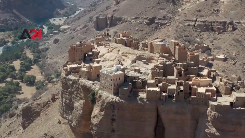 قرية يمنية تتربع على صخرة عملاقة.. شاهد أين يعيش سكانها