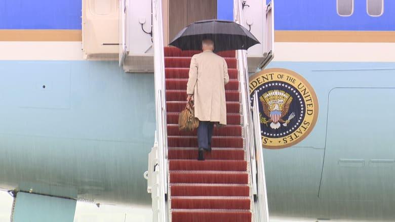 بايدن يتعثر مرة أخرى أثناء صعود طائرته الرئاسية.. شاهد ما حدث
