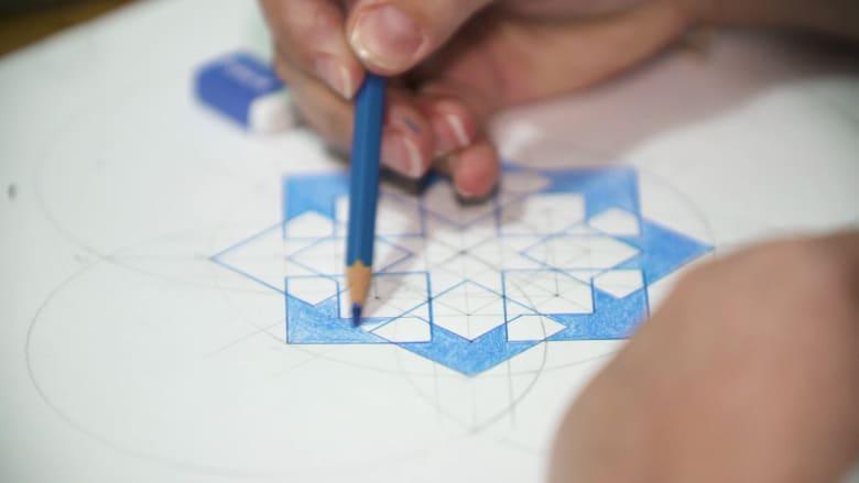 تعلّم رسم هذه الزخارف الهندسية في هذا المكان بدبي