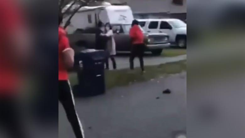 فيديو يُظهر هجومًا على زوجين آسيويين في واشنطن.. وتعليق الزوج يفاجئ المهاجمين
