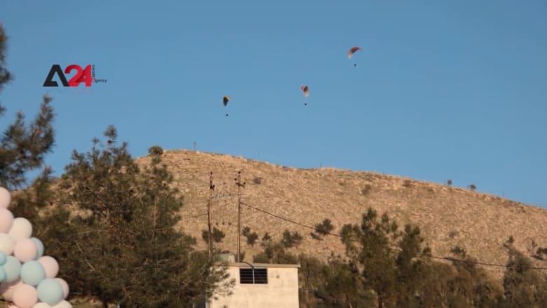 في مشهد يأسر القلوب.. هواة الطيران بالمظلات الشراعية يحلقون فوق جبل زاوا في كردستان