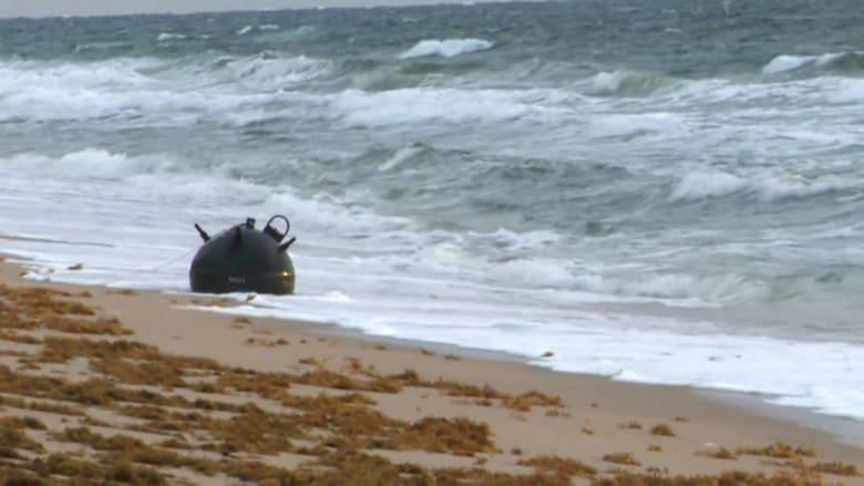 شاهد.. لغم عسكري محتمل تجرفه مياه البحر إلى رمال شاطئ في فلوريدا