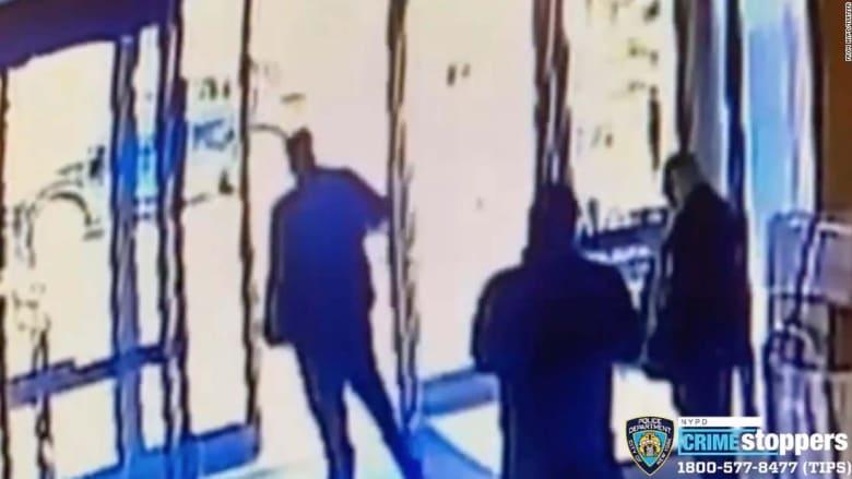 فيديو مراقبة يرصد لحظة هجوم على امرأة آسيوية خارج مبنى في نيويورك