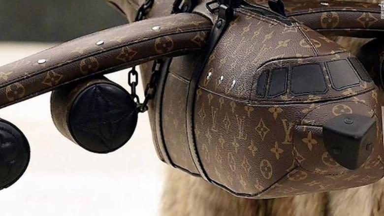 حقيبة على شكل طائرة تكلف أكثر من بعض الطائرات الفعلية.. هذا سعرها