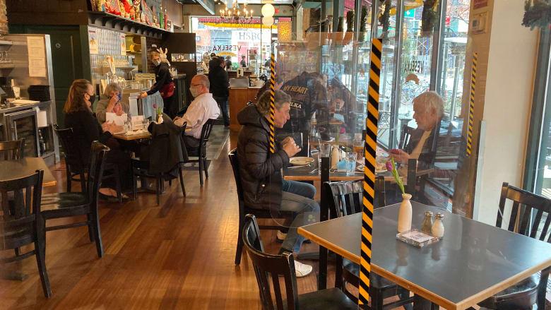 هل تستطيع زيارة المطاعم دون قلق إذا تلقيت لقاح كورونا؟ إليك ما يجب معرفته