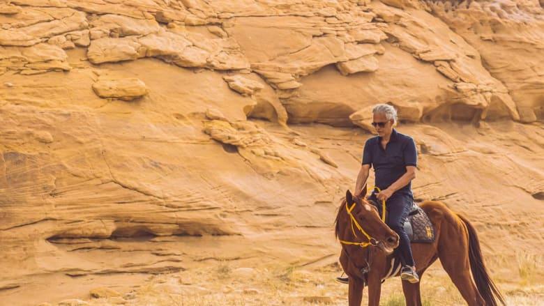 """""""رحلة في الوادي"""".. بوتشيلي يستكشف العلا بالسعودية بعد إحياء حفل غير مسبوق"""