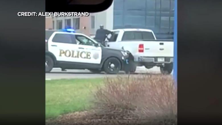 شاهد ما حدث لشرطي علقت ذراعه في سيارة مشتبه به أثناء هروبه.. فتاة ترصد بهاتفها اللحظة