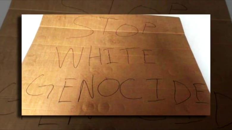 """""""أوقفوا إبادة البيض"""".. أمريكي يضع لافتة عنصرية أمام مقر حزب ديمقراطي"""