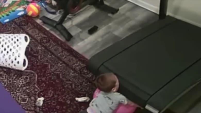 تسبب بوفاة طفل.. فيديو يظهر لحظة سحب طفل تحت جهاز مشي