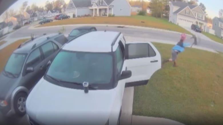 كاميرا مراقبة ترصد هجوم قط بري مسعور على امرأة.. وزوجها يسارع بإنقاذها