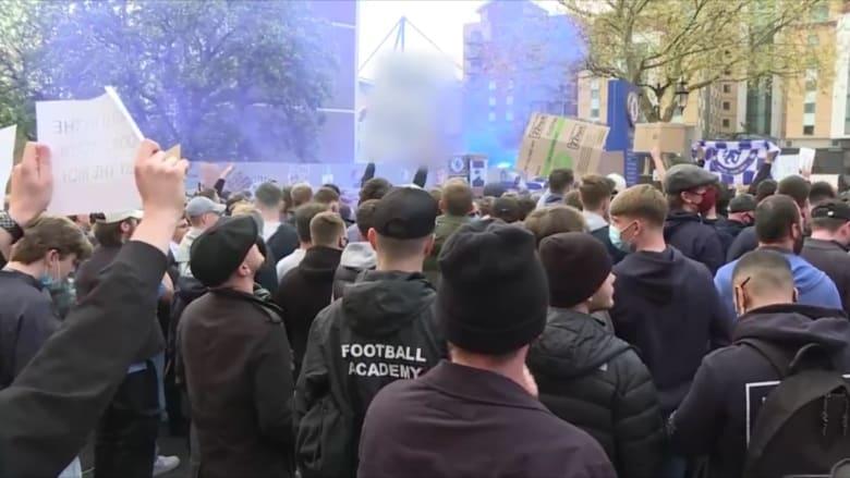 """مظاهرات حاشدة خارج ملعب تشيلسي """"ستامفورد بريدج"""" على دوري السوبر"""