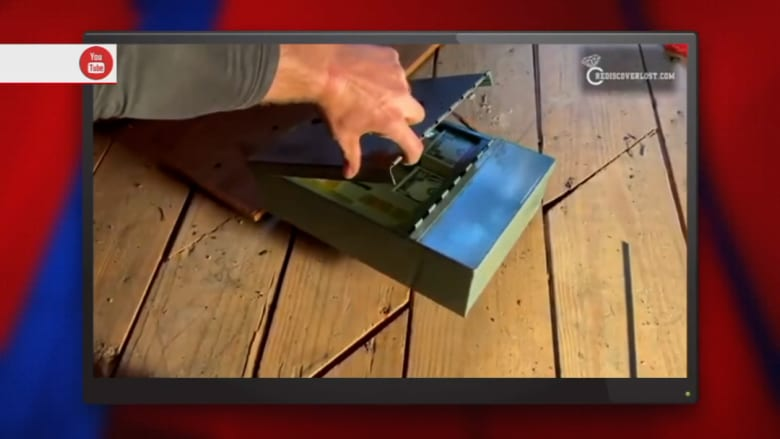 صائد كنوز يعثر على آلاف الدولارات مخبأة تحت ألواح أرضية أحد المنازل