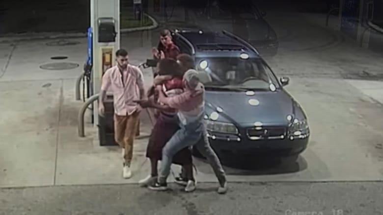 مسلح حاول سرقة 4 شبّان بمحطة وقود.. شاهد ما حدث له