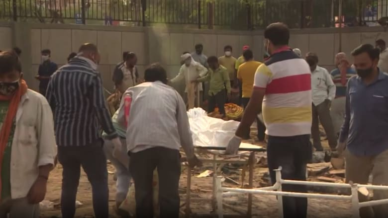 محارق الجثث مكتظة بموتى كورونا في الهند.. كاميرا CNN ترصد الكارثة
