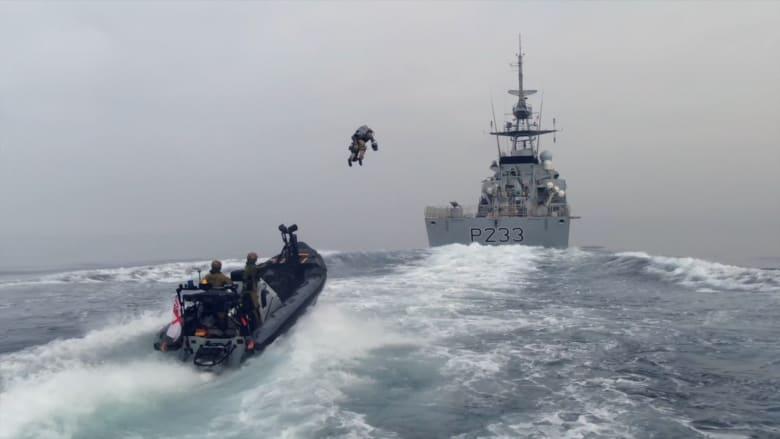 فيديو يُظهر ضابط بحرية بريطاني يقلع من قارب سريع ويهبط على سفينة ببدلة نفاثة