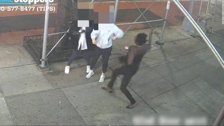 رجل يهاجم امرأتان آسيويتان بمطرقة وسط شوارع نيويورك
