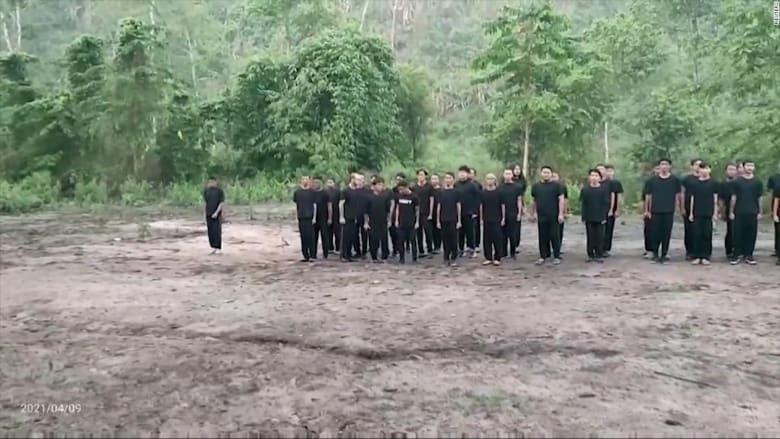 هكذا يتدرب المتظاهرون في أدغال ميانمار لمحاربة المجلس العسكري بعد الانقلاب