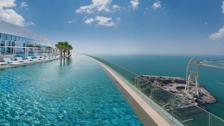 افتتاح أعلى مسبح لامتناهي في العالم بدبي.. كم يبلغ ارتفاعه؟