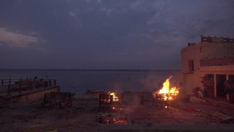 حرق جثث الموتى في نهر الغانج.. أقدس مدينة في الهند