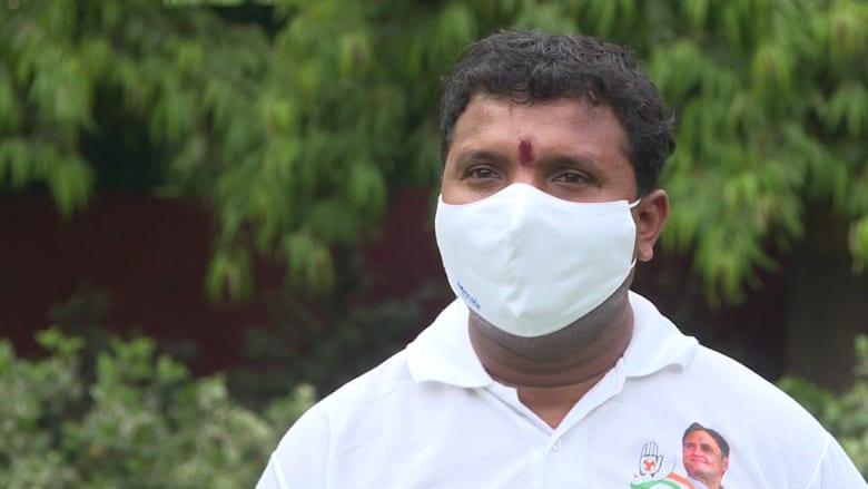 """""""لا أستطيع النوم في الليل"""".. قابلوا الرجل الذي يكافح لإيجاد الأكسجين لمرضى فيروس كورونا في الهند"""