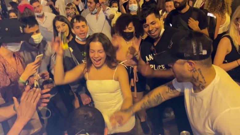 حشود من الإسبان تحتفل برفع حظر التجول في مدريد وبرشلونة