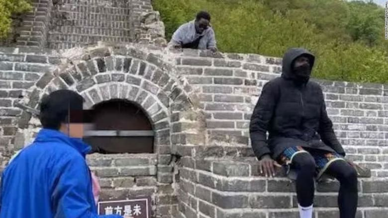"""سائحان يدخلان """"القائمة السوداء"""" ويمنعان من دخول سور الصين العظيم..ما السبب؟"""