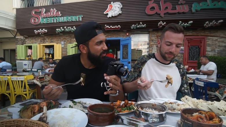 أوروبي يتناول الكوارع والمخ لأول مرة برفقة مصري بمطعم بدبي