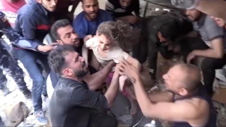 شاهد لحظة انقاذ طفلة فلسطينية بعمر 6 سنوات من تحت الأنقاض في غزة