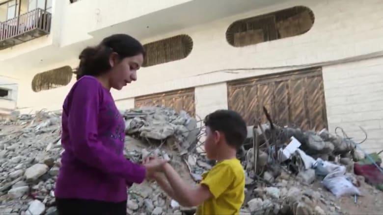 بالفيديو.. تعرف إلى الطفلة الفلسطينية نادين وكيف تحمي شقيقها من رعب الغارات