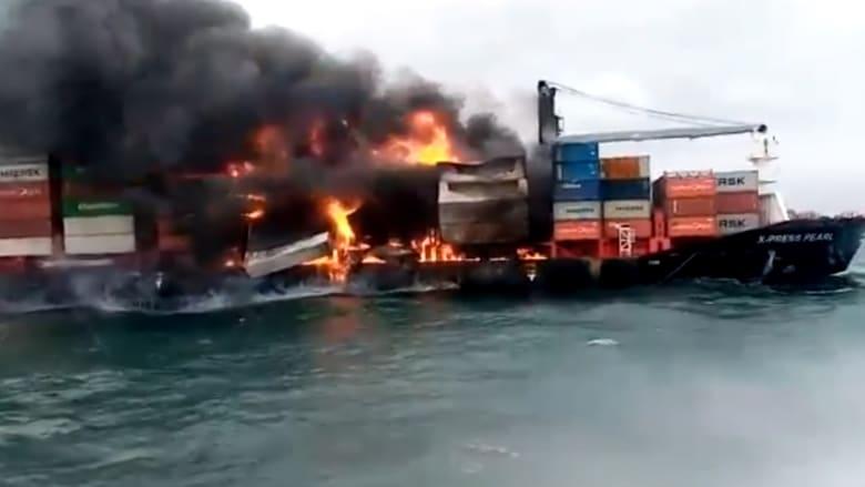 شاهد.. احتراق سفينة بعد تفاعل كيميائي على متنها.. وتسرب النفط بشكل خطير