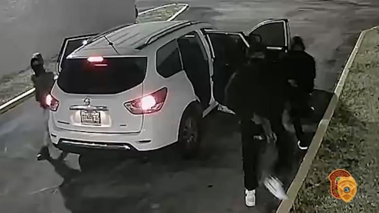 الشرطة الأمريكية تنشر فيديو لحظة ترجل مسلحين ملثمين من سيارة قبل إطلاقهم النار على رواد حفل موسيقي