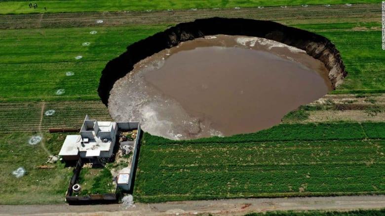 شاهد.. ظهور مفاجئ لحفرة ضخمة يهدد بابتلاع منزل في المكسيك