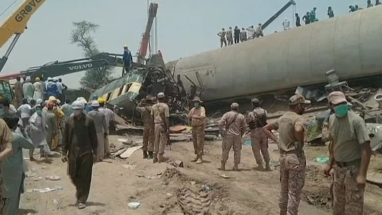 شاهد.. اصطدام قطارين في باكستان ومقتل 45 على الأقل