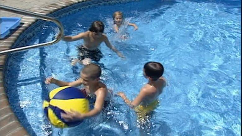 هل يجب أن تنتظر 30 دقيقة بعد الأكل قبل الذهاب إلى المسبح؟ إليك الحقيقة حول بعض الخرافات الشائعة في فصل الصيف