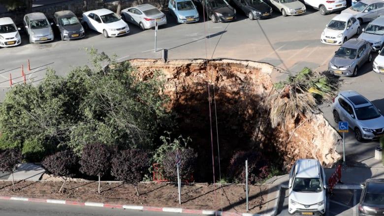شاهد لحظة ابتلاع حفرة لعدد من السيارات المتوقفة في مركز طبي بالقدس