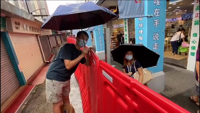 نصفه في هونغ كونغ ونصفه في الصين.. أصبح هذا الشارع الحدودي مكانًا مثاليًا للقاء عاشقين انفصلا بسبب جائحة فيروس كورونا