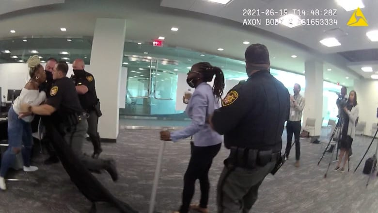 شاهد.. سيدة تهاجم رجلاً في قاعة المحكمة بعدما برأه القاضي من تهمة قتل