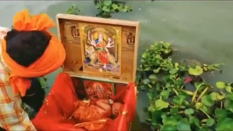 العثور على رضيعة حديثة الولادة داخل صندوق عائم في نهر بالهند